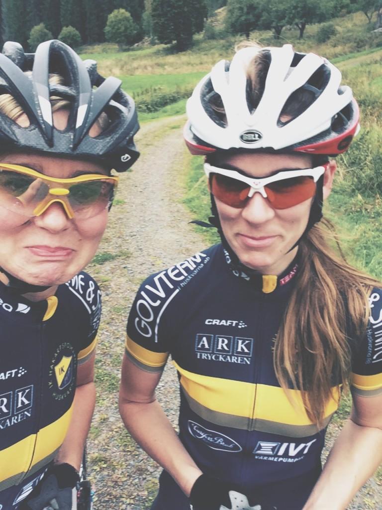 Två tjejer som cyklat vilse men är rätt glada ändå