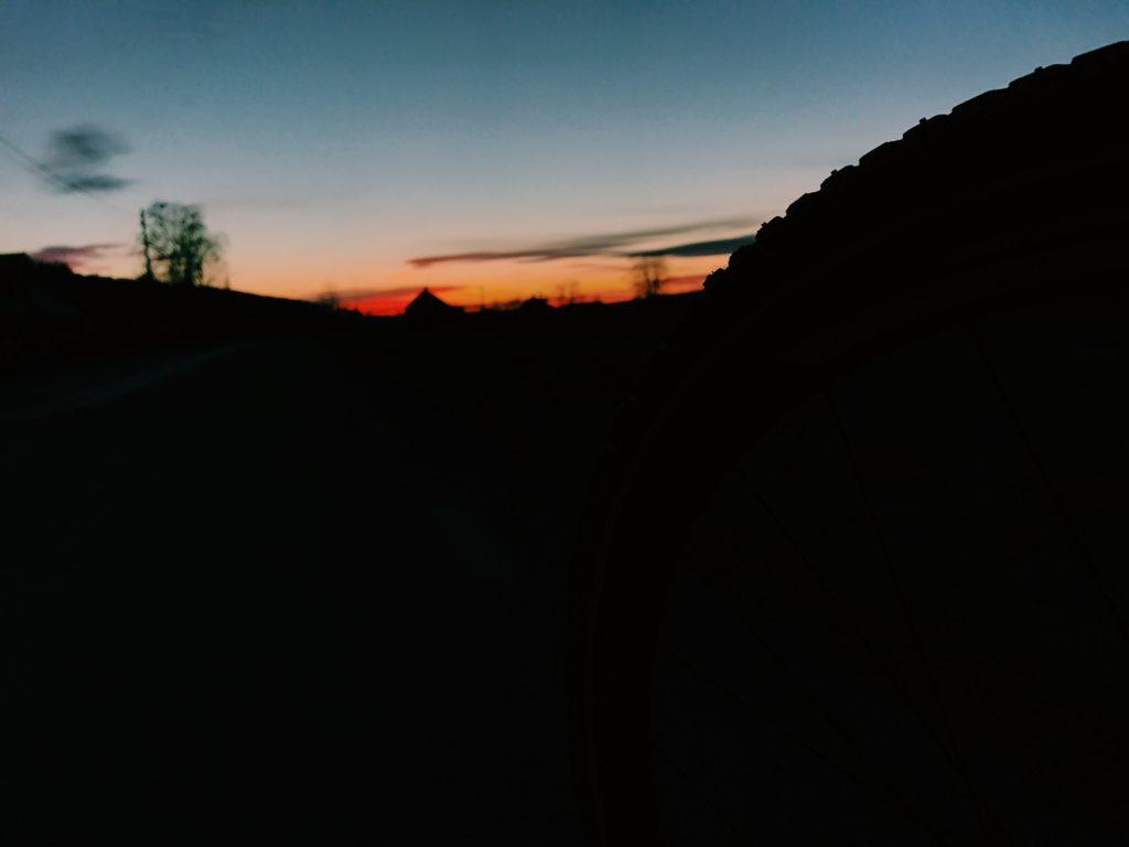 Cykla i solnedgång